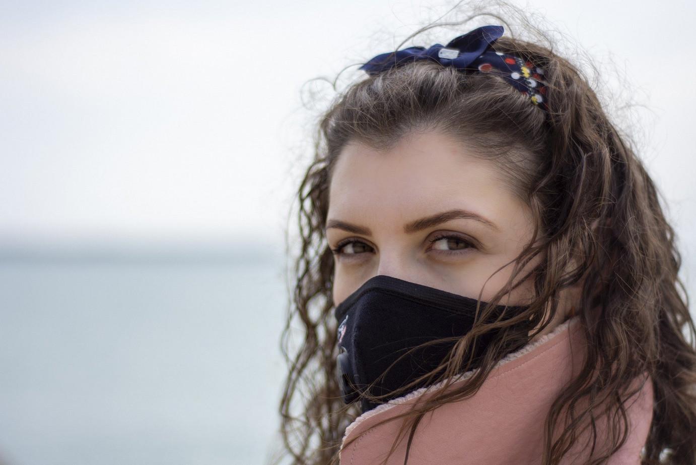 Frau trägt Mund-Nasen-Schutz