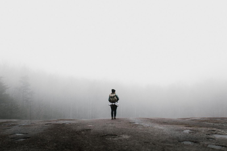 Chemobrain Eine Frau steht vor einem Wald im Nebel
