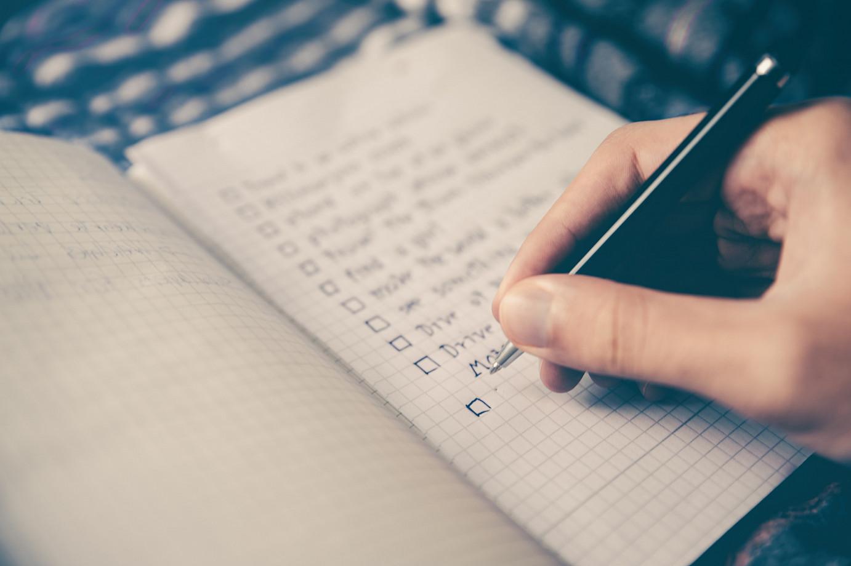 Chemobrain Eine Person schreibt Aufgaben auf einen Zettel auf