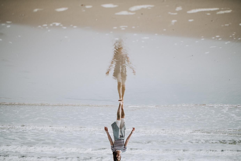Eine Frau, die am Strand entlang im Wasser geht