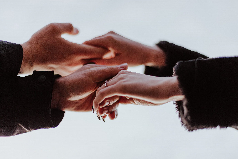 4 Hände, die sich halten